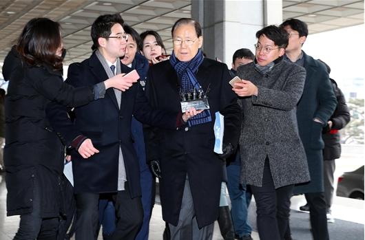 검찰, '국정원 특활비 불법 수수' 김백준·김진모 구속영장