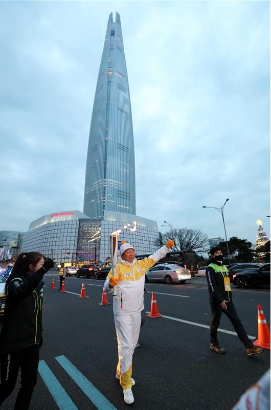 평창 동계올림픽 성화 봉송 하는 롯데그룹 신동빈 회장
