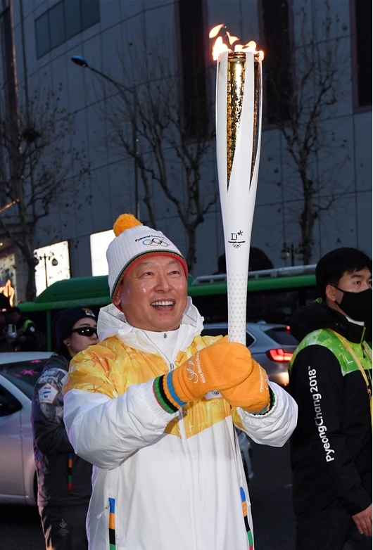올림픽 성화봉송 참여한 신동빈 회장