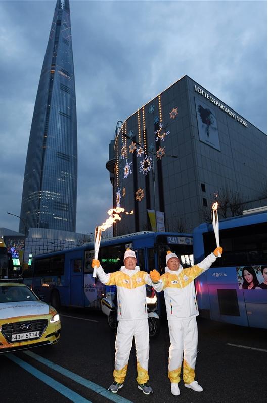 평창올림픽 성화봉송하는 신동빈 회장