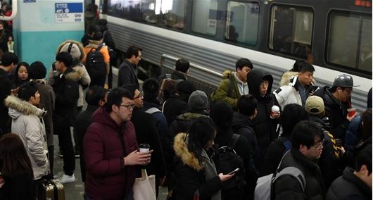 설 명절 시작, 열차에 오르는 시민들