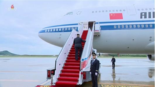 중국 민항기에 오르는 김정은 위원장