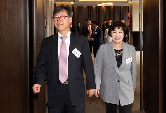 뉴시스 포럼 참석하는 김형기 대표-전혜숙 의원
