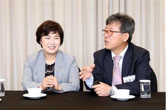 대화나누는 김형기 대표-전혜숙 의원